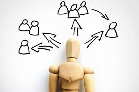 Delegation concept. Wooden figurine and scheme for delegating. Banque d'images