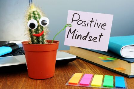 Funny cactus is holding sign Positive mindset. Banque d'images