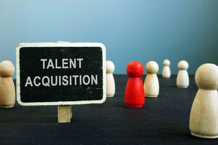 Señales de estrategias de adquisición de talento y figuritas de madera. Concepto de gestión de recursos humanos.