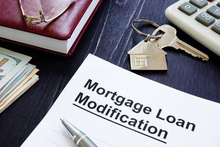 Hypothekendarlehen Änderungsvertrag und Schlüssel von zu Hause aus.
