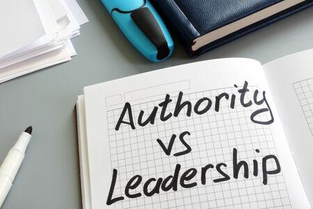 Autorität gegen Führung-Zeichen im Notizbuch. Arten der Verwaltung. Standard-Bild