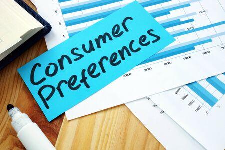 Concepto de medición de las preferencias del consumidor. Pila de papeles con gráficos.