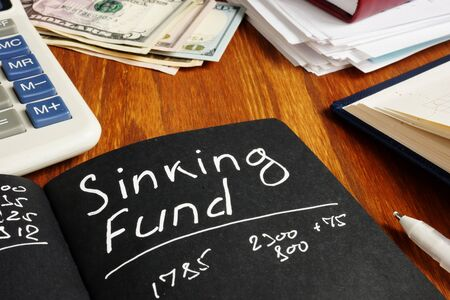 Sinking Fund sign on the page and calculator. Imagens
