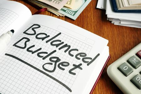 Balanced Budget calculations in the notepad. Imagens