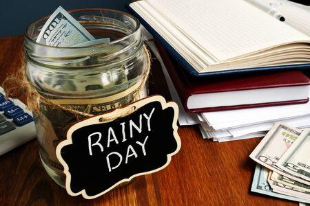 Rainy Day Fund-Etikett auf dem Glas mit Geld.