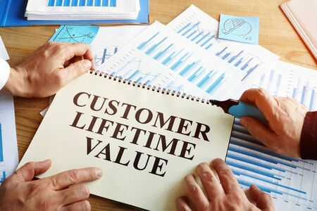 Men read Customer lifetime value conception in book. Banque d'images