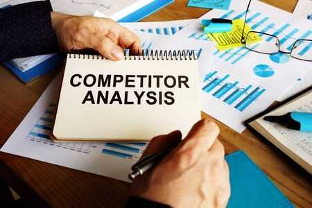 Competitor analysis report in the man hands. Zdjęcie Seryjne