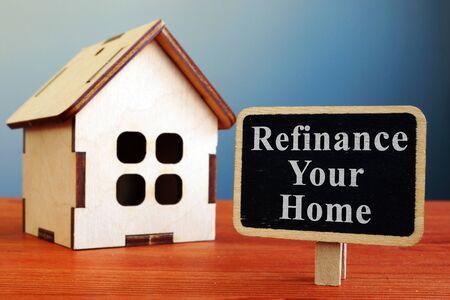 Refinanzieren Sie Ihre Hypothekenbank und Ihr Holzhaus. Standard-Bild