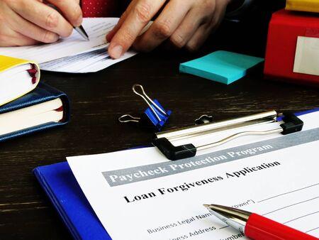 PPP-Darlehenserlassantrag für das Gehaltsscheck-Schutzprogramm im Büro. Standard-Bild