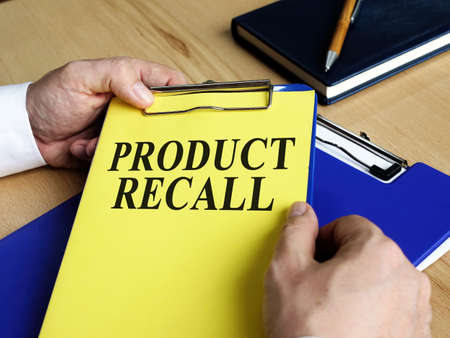 The manager keeps the documents about the product recall. Imagens