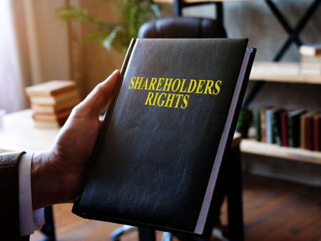 The advisor demonstrates the shareholders rights book. Imagens