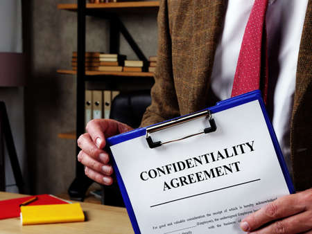 The chief offers confidentiality agreement for signing. Reklamní fotografie