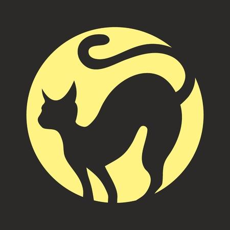 Una silueta de gato negro con la luna llena. Foto de archivo