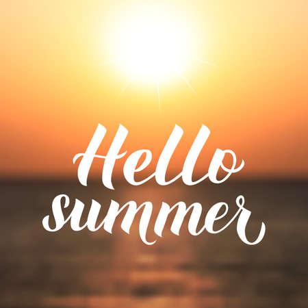 Witam lato kaligrafia napis. Niewyraźne zachód słońca na tle morza. Ilustracja wektorowa. Łatwy do edycji szablon plakatu typograficznego, banera, ulotki, pocztówki, zaproszenia na imprezę na plaży.