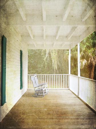 front porch: El porche de la casa de Thursby en Blue Springs, Florida, le trae de vuelta a un tiempo antes del aire acondicionado cuando la familia se sentaba afuera en la noche con la esperanza de atrapar una brisa fresca Foto de archivo