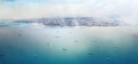 明るい水のスポットと船の艦隊がパナマ運河への途中に輝く太陽光線とパナマ市からの眺め 写真素材