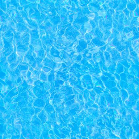 Répétition du motif estival de surfaces d'eau vivantes photographiées dans une piscine, en mettant l'accent sur la réfraction de la lumière où vous pouvez voir le sol arrosé se déplacer avec les vagues