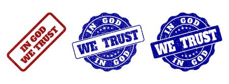 IN GOD WE TRUST sigilli di francobolli graffiati nei colori rosso e blu. Vector IN GOD WE TRUST segni con superficie grunge. Gli elementi grafici sono rettangoli arrotondati, rosette, cerchi e titoli di testo.