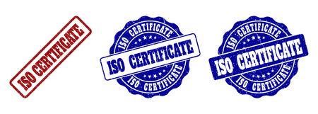 ISO-ZERTIFIKAT-Grunge-Stempelsiegel in roten und blauen Farben. Vektor-ISO-ZERTIFIKAT-Zeichen mit Grunge-Oberfläche. Grafische Elemente sind abgerundete Rechtecke, Rosetten, Kreise und Texttitel. Vektorgrafik