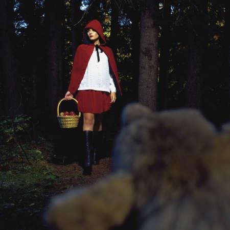 little red riding hood: Mujer en traje de cap� de poco caballo rojo  Foto de archivo