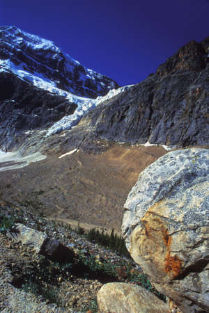 corey hochachka: Mountain side with large boulders and snow Stock Photo