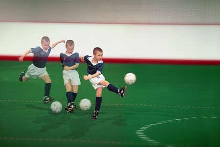 indoor soccer: Exposici�n m�ltiple de chico de patear el bal�n de f�tbol