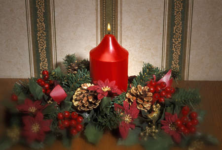 don hammond: Christmas arrangement with candle, berries and pine cones Stock Photo