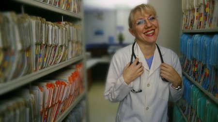 医者患者の記録の横に立って 写真素材 - 6213028