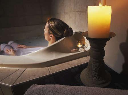 tub: Mujer relajante en Tina
