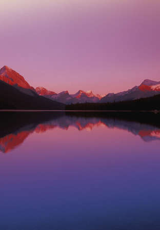 carson ganci: Maligne Lake and Mountains at Dusk,  Jasper National Park,Alberta,Canada Stock Photo