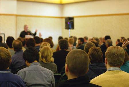 predicador: Preguntas en una reuni�n de personas  Foto de archivo