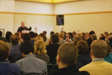 predicador: Muchas personas haciendo preguntas
