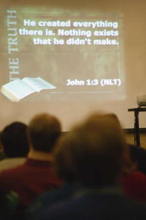 Schrift van Johannes geprojecteerd op de muur in de kerk