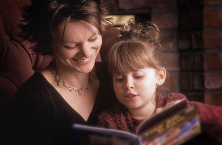 don hammond: Mother reads with daughter Stock Photo