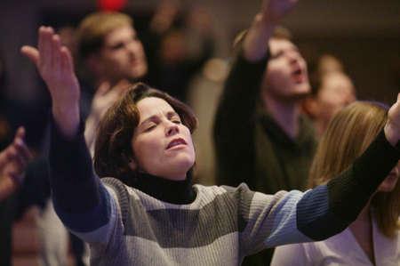 alabanza: Mujer elevar las manos en el culto