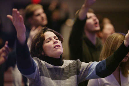 dicséret: Woman raising hands in worship
