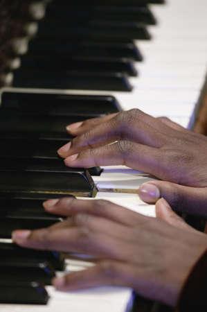 tocando piano: Rendimiento dura  Foto de archivo