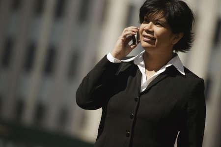 aboriginal: Mujer con tel�fono m�vil