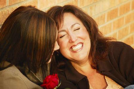 curare teneramente: Due donne ridono insieme Archivio Fotografico