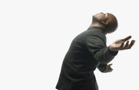 alabanza: Hombre con los brazos alzados