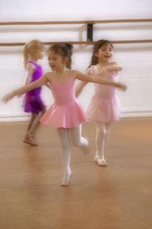 ballet: Poco pr�ctica de las ni�as en la clase de ballet Foto de archivo