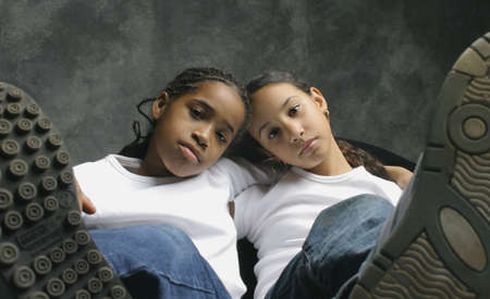 Zwei Mädchen zusammen Standard-Bild - 6213776