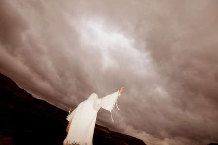délivrance: Étirement une main vers le ciel  Banque d'images