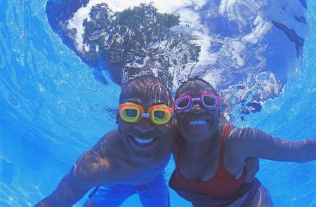 bonne aventure: Couple adultes dans la piscine