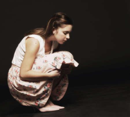 Vrouw die naar een eenzame
