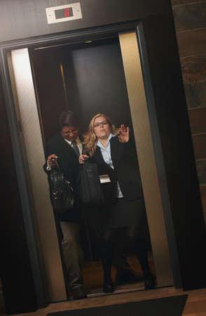 closing business: Luchando para salir del ascensor primera