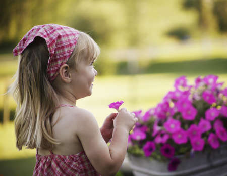 Little girl with roze bloemen Stockfoto