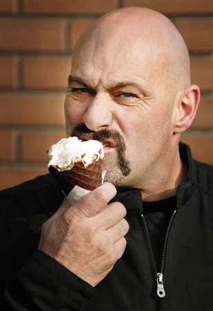 man eten: Man eten ijs  Stockfoto