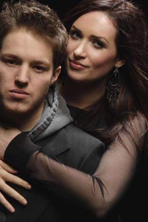 verlobt: Paar in enge Umarmung  Lizenzfreie Bilder