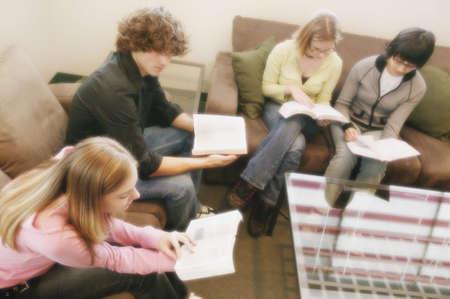 familia en la iglesia: Grupo de estudio Foto de archivo